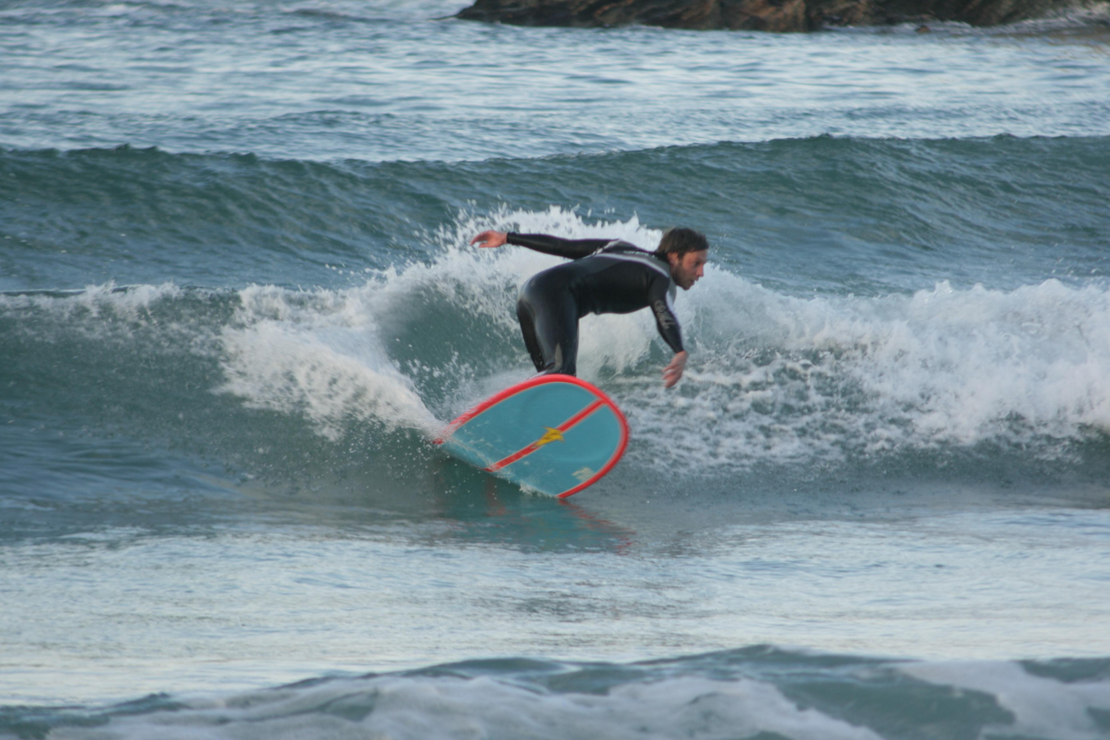 Jonatan Ruíz, surf en la playa de Gijón
