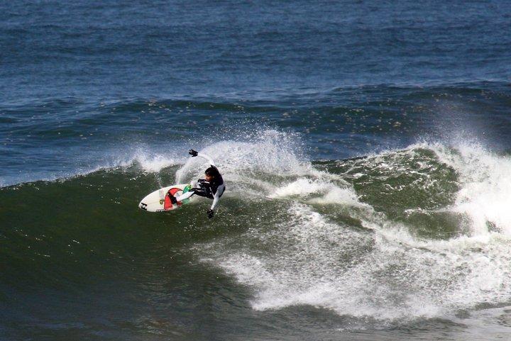 Hodei Collazo, vencedor del campeonato, probaba la ola por primera vez minutos antes de comenzar la competición.