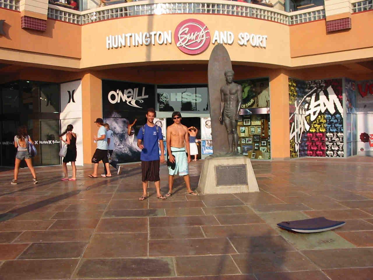 Fernando Ferrao frente a la estatua del Duke en Huntington