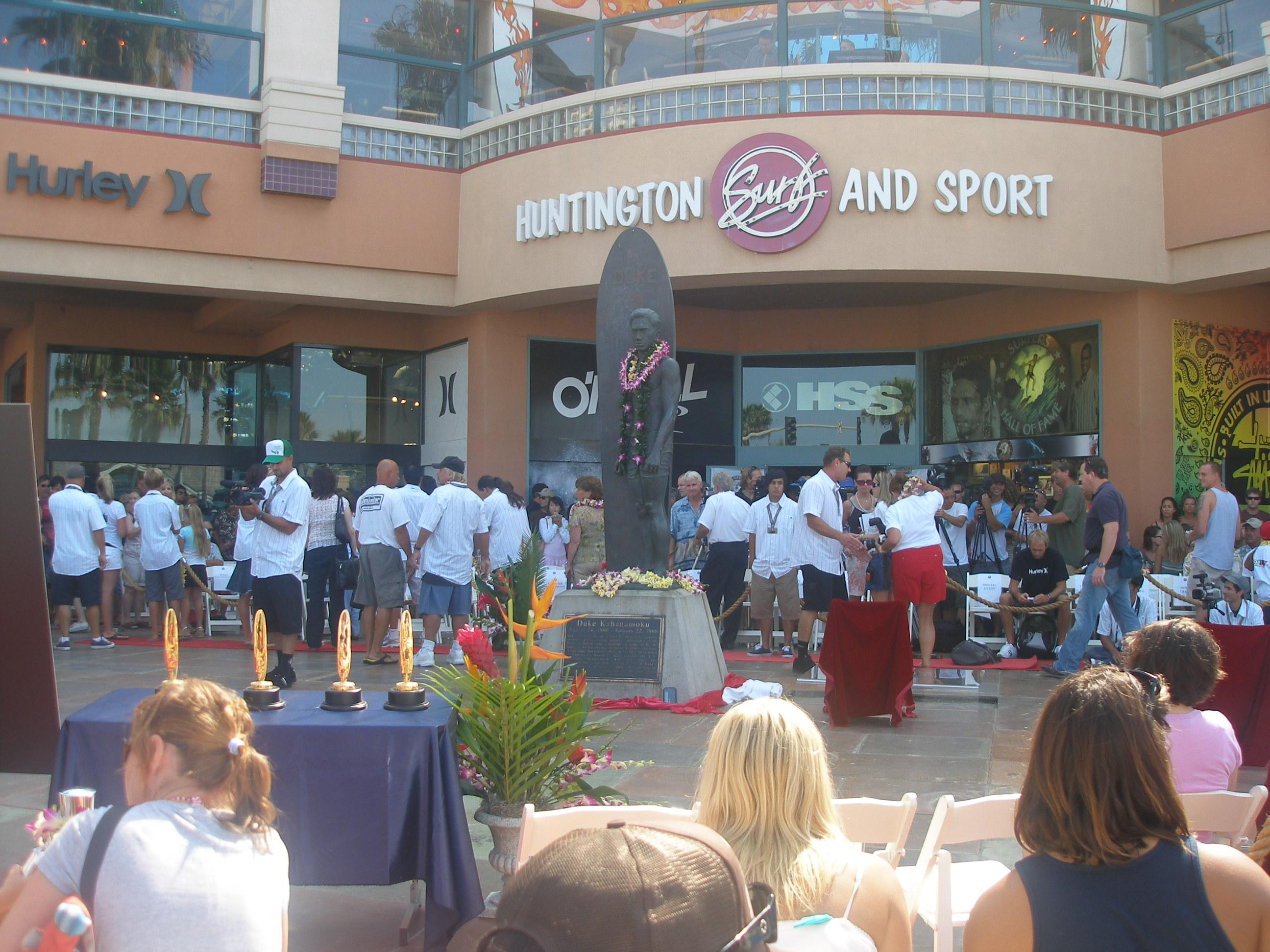 Gran expectaciónd de público y de medios en la ceremonia de presentación de los nuevos surfistas que se unen al Surfer´s Hall of Fame