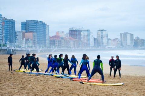 Alumnos del Colegio San Vicente de Paul durante un curso de surf