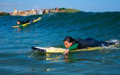 Alumnos del Instituto Astures disfrutando de un día de surf excepcional