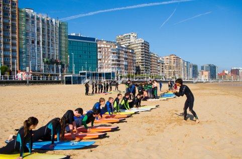 Explicaciones teóricas antes de entrar al agua a hacer surf.