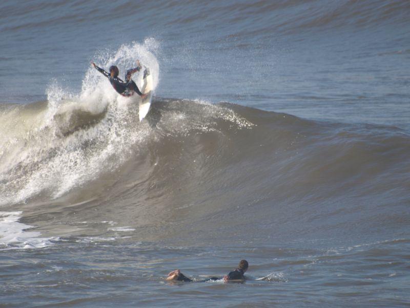 Fernando Ferrao durante una clase de surf en el Rick´s. Foto Omar Suárez