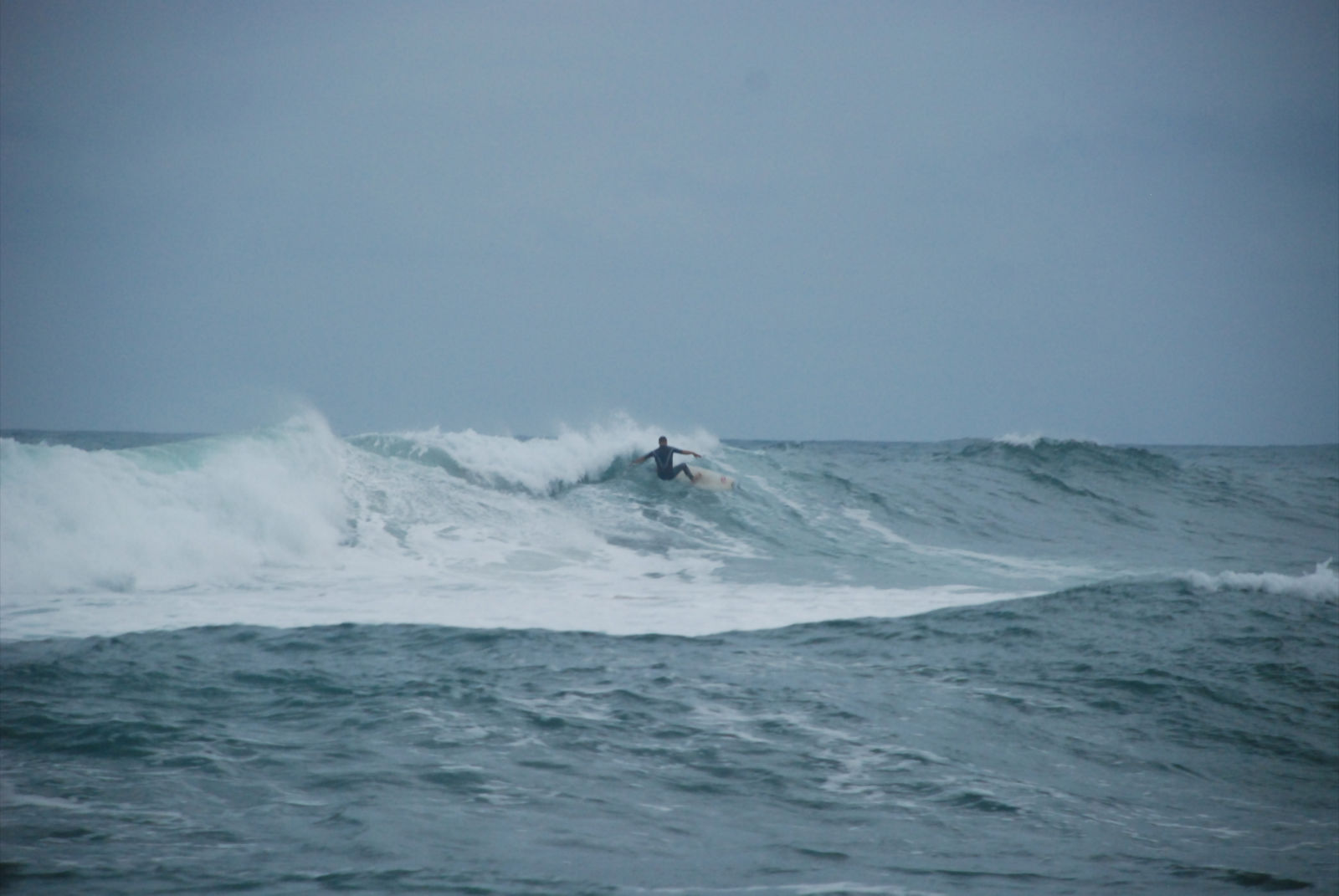 Fernando Ferrao negociando una ola complicada. Foto Juanra