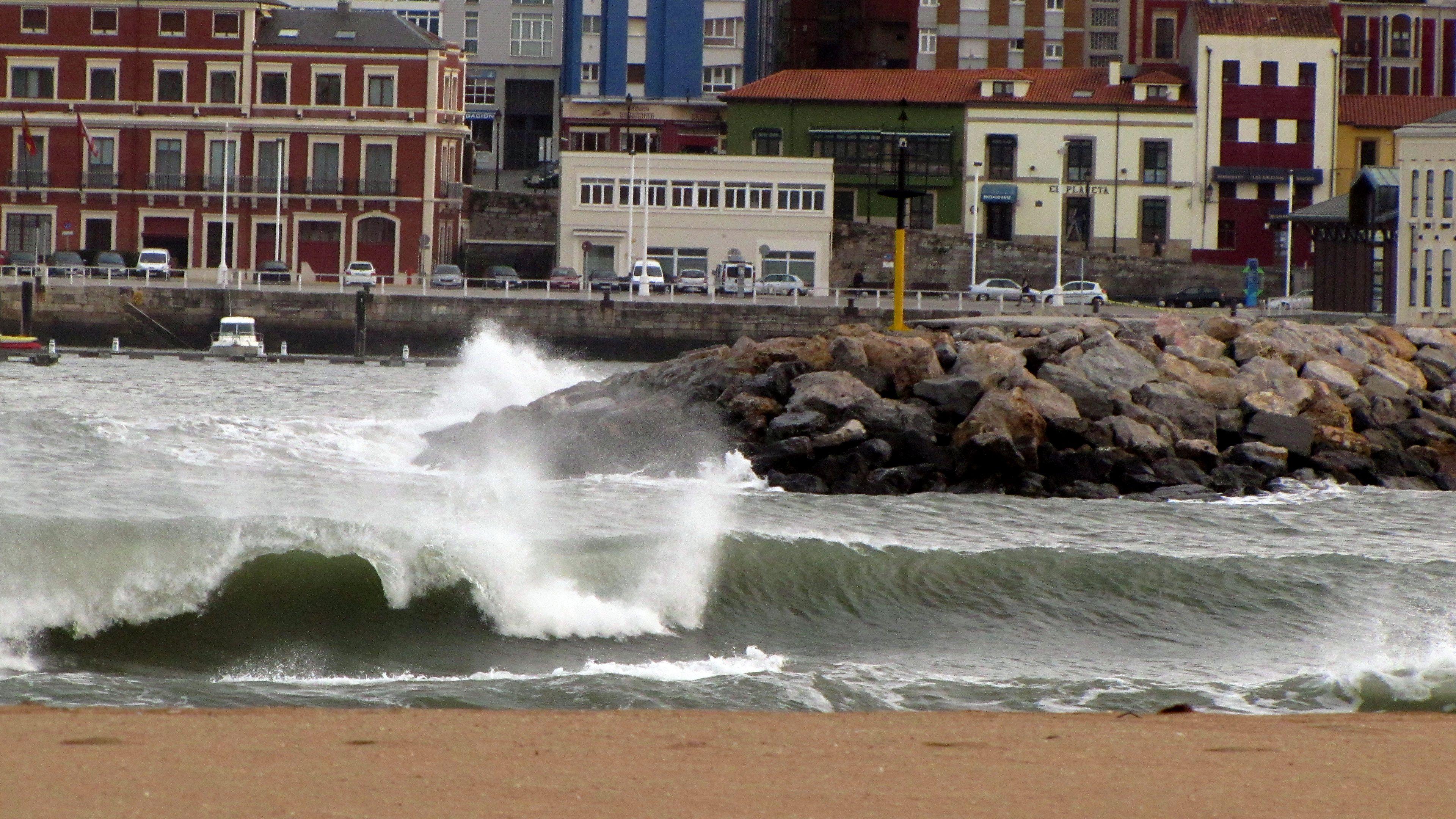 Una izquierda rompe solitaria en la Playa de Poniente de Gijón
