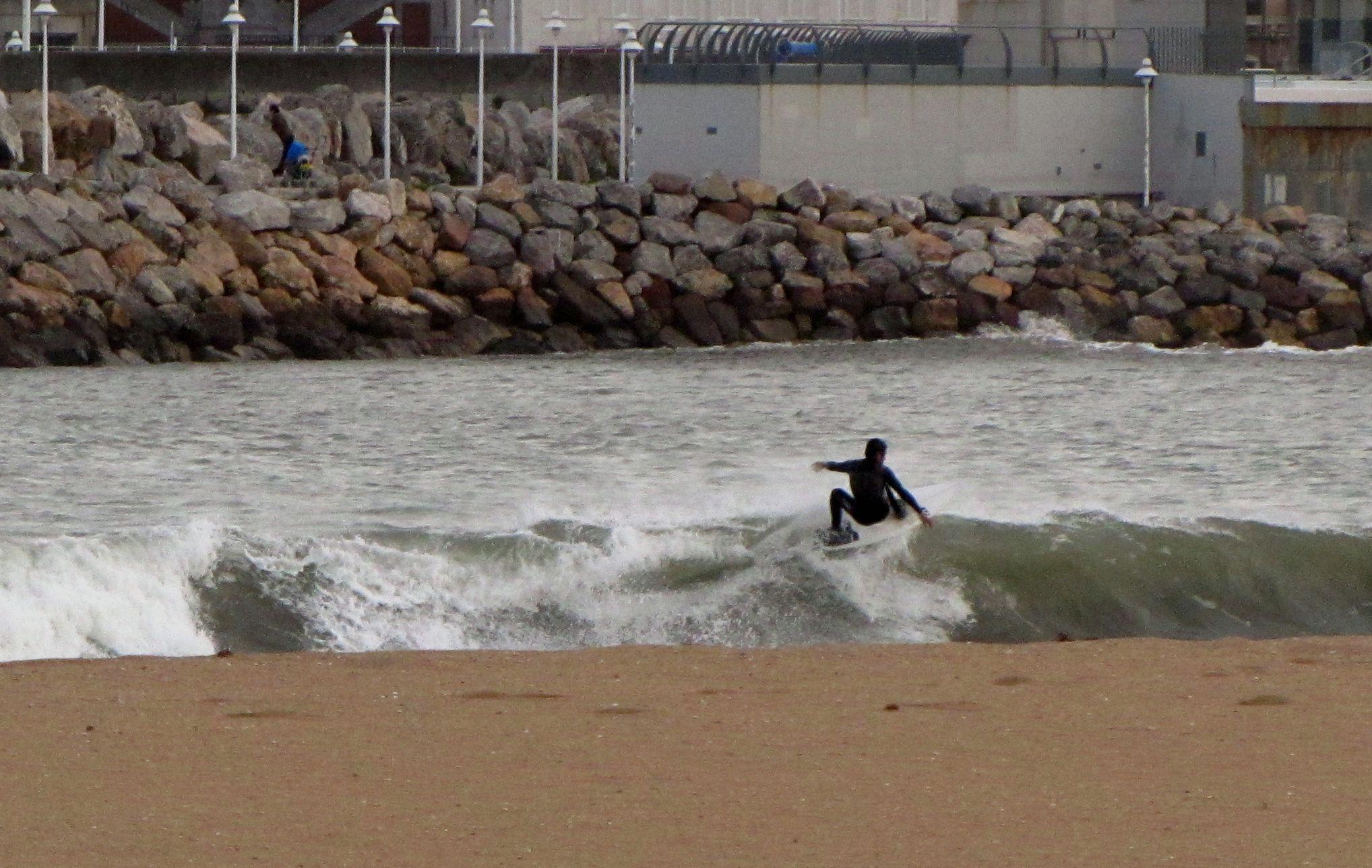 Yori haciendo un floater en la Playa de Poniente de Gijón