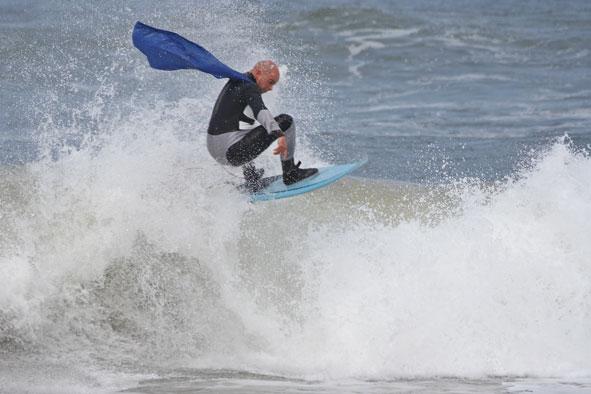 Dani Rodríguez, volando sobre las olas de Gijón