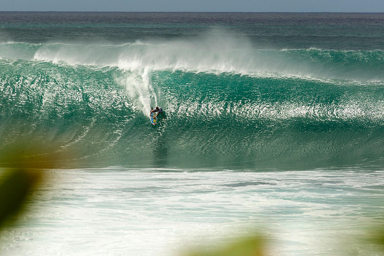 Las olas triplicaban en tamaño a los surfistas