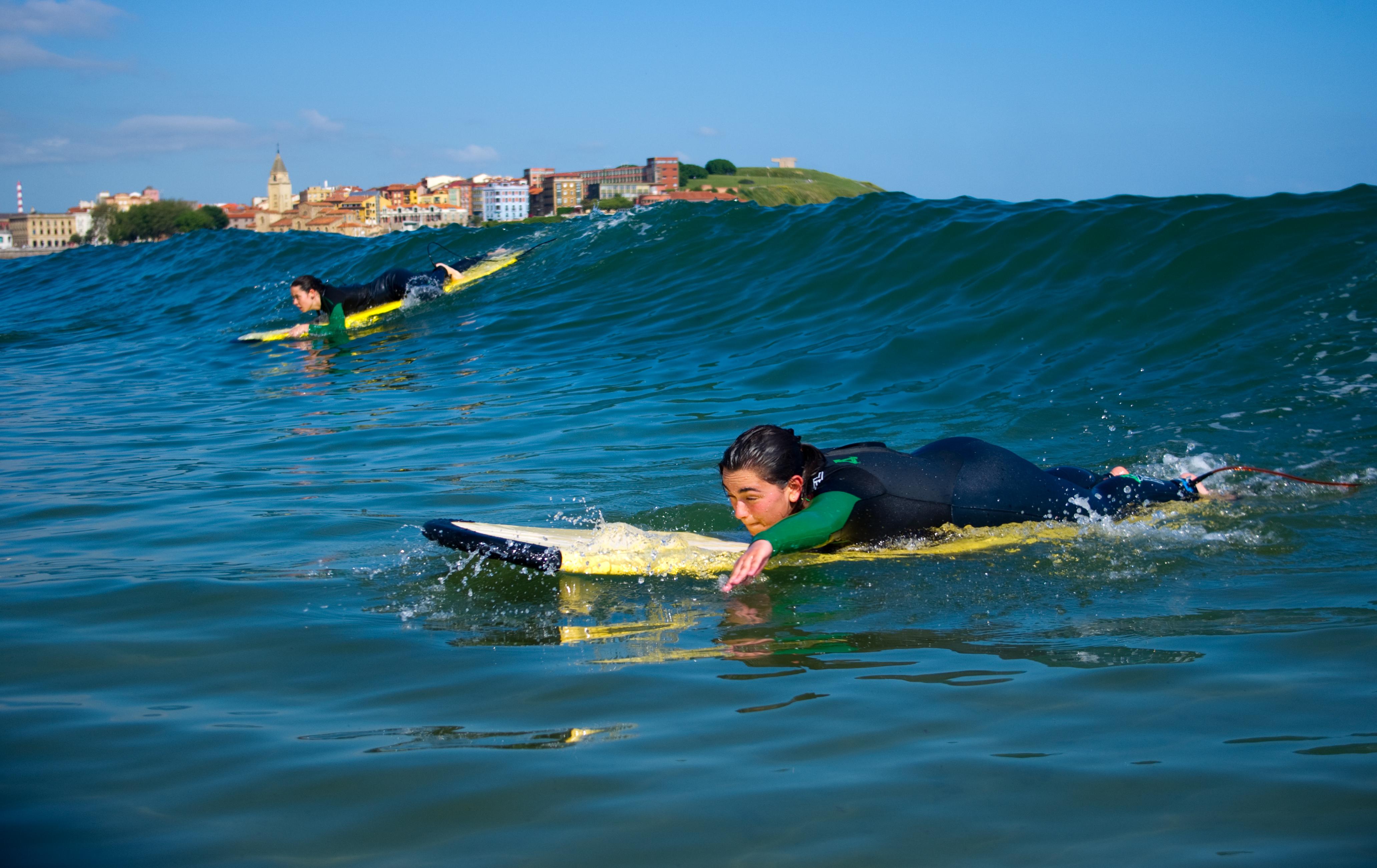 Alumnos de surf en plena acción.