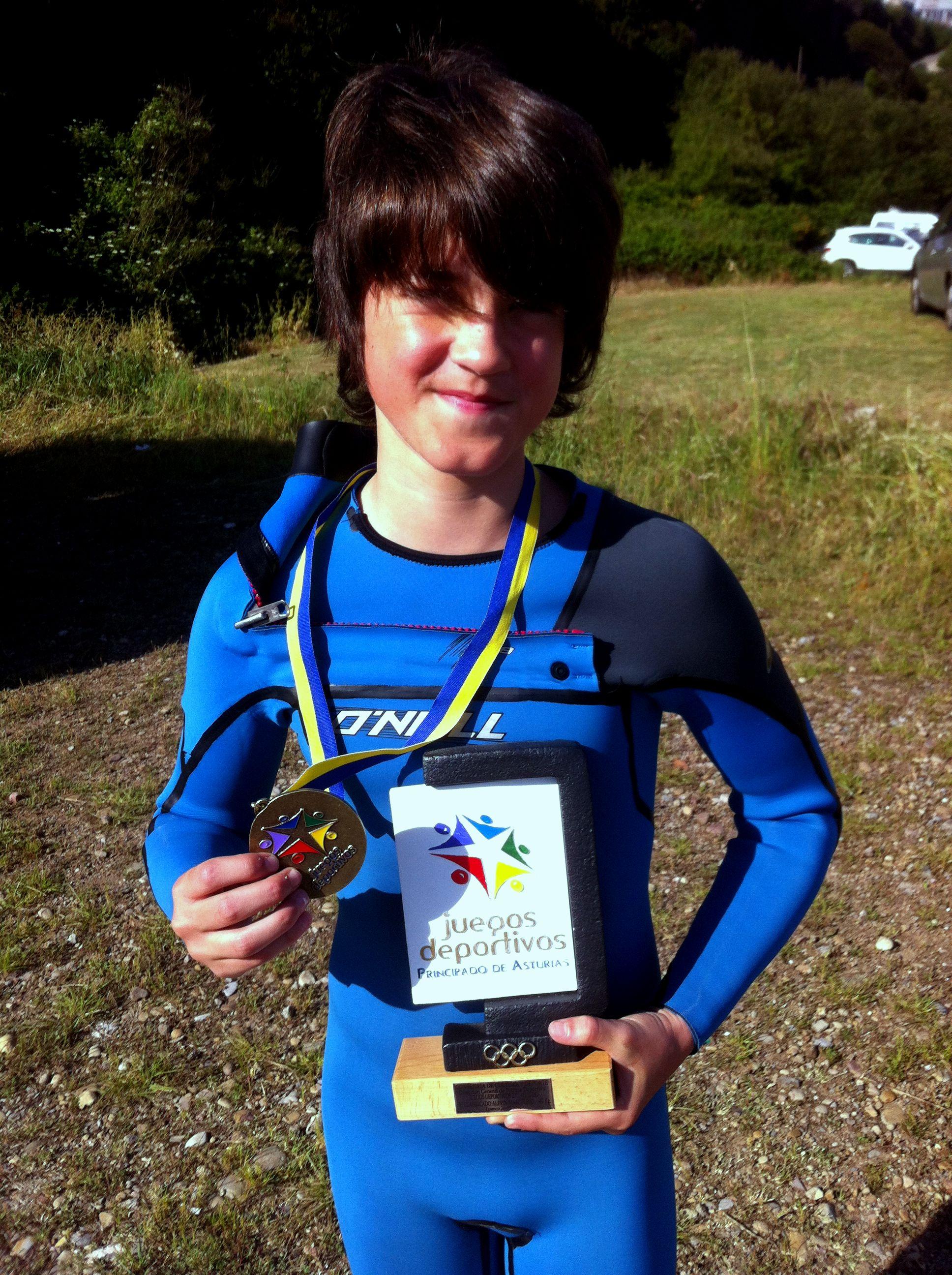 David posa orgulloso con su trofeo de Campeón de Asturias