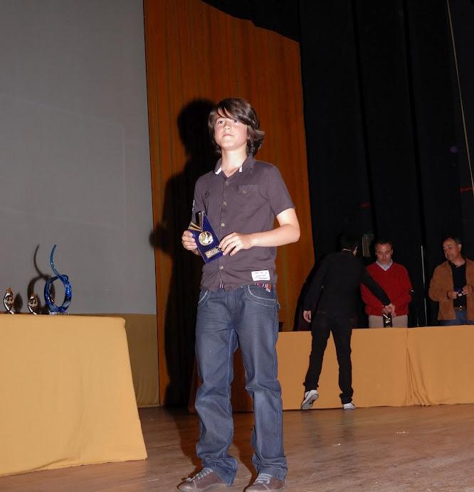 David recoge su trofeo como campeón de Asturias.