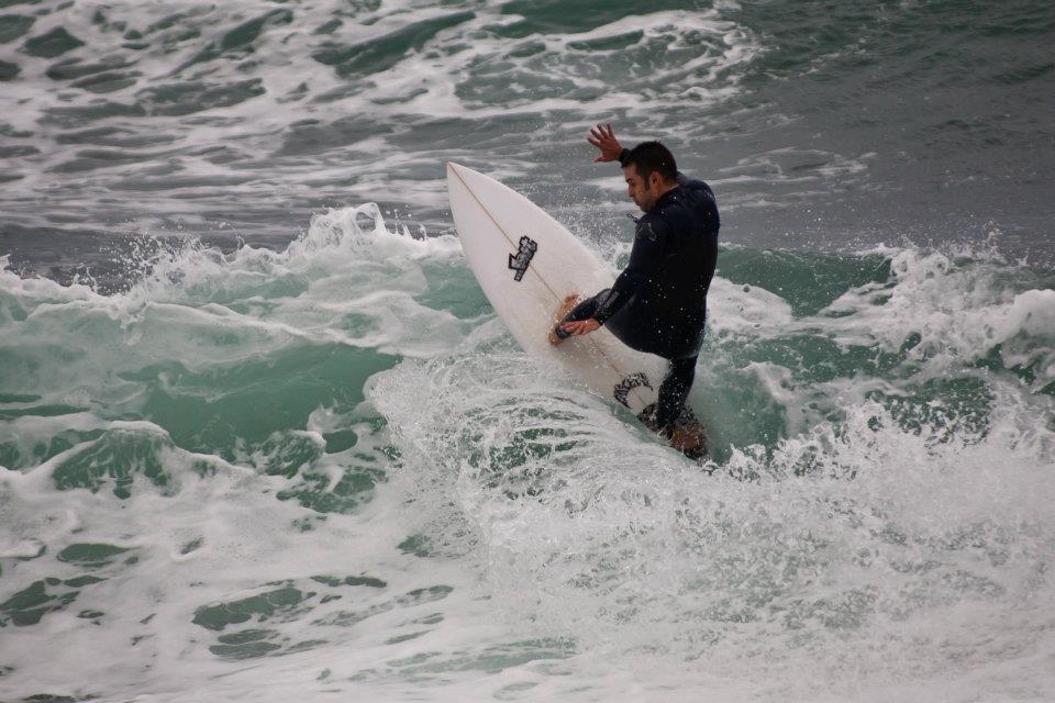 Javier Caballer, alumno del grupo avanzado de surf