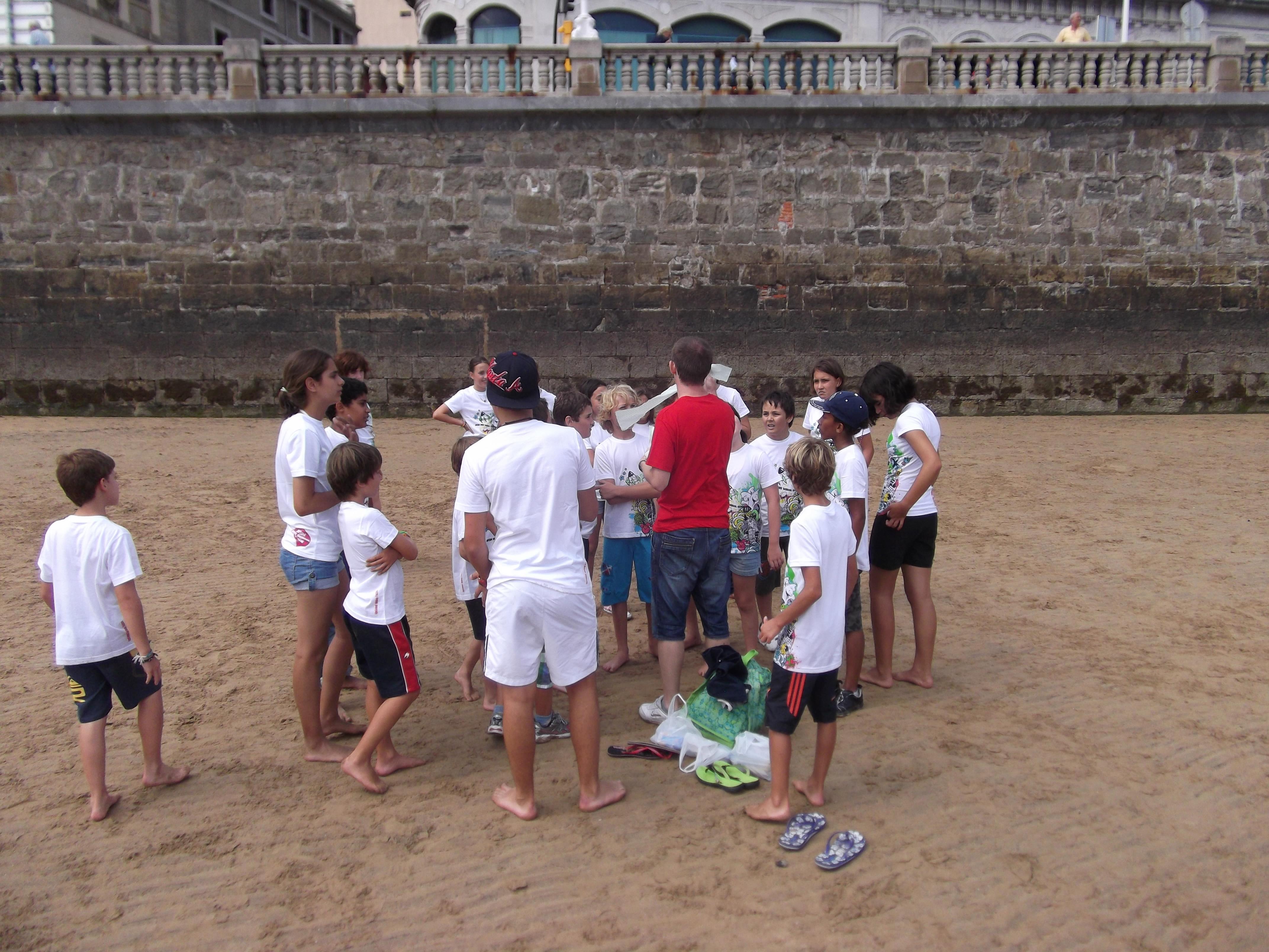 Organizando juegos en la playa.