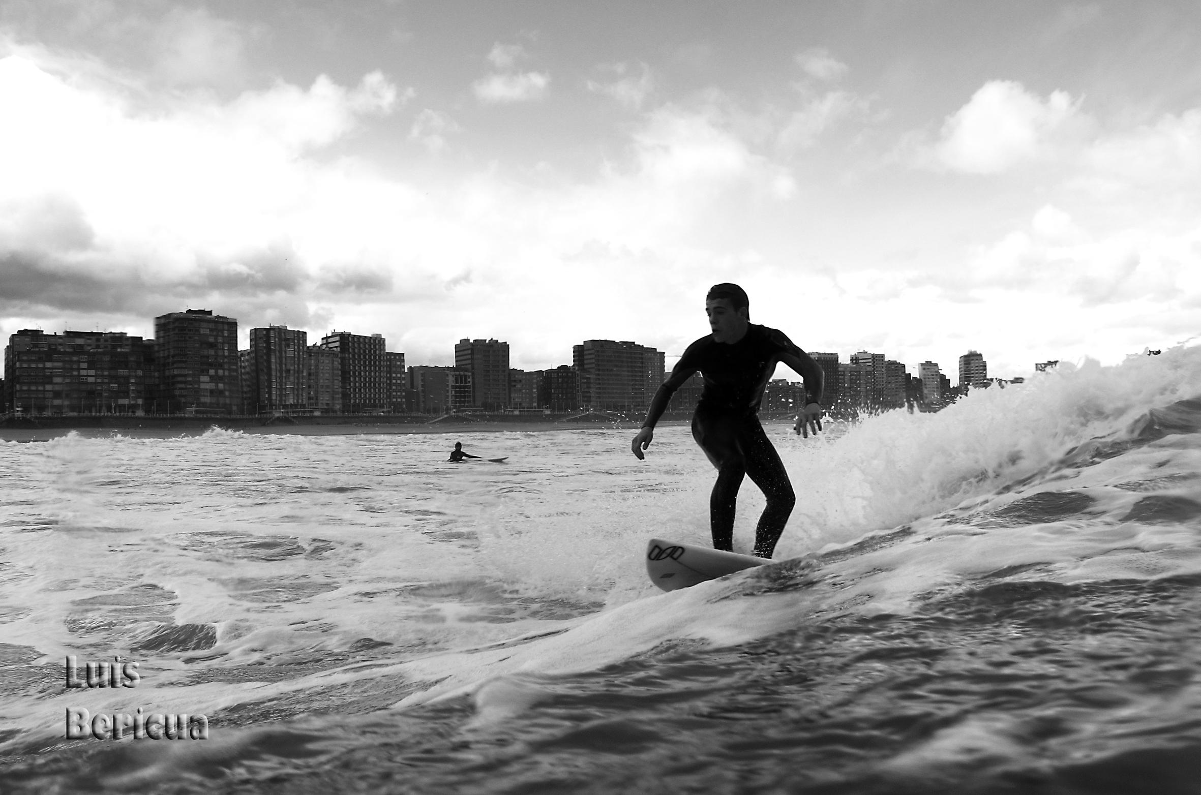Alex surf en Gijón, San Lorenzo. Luis Bericua.